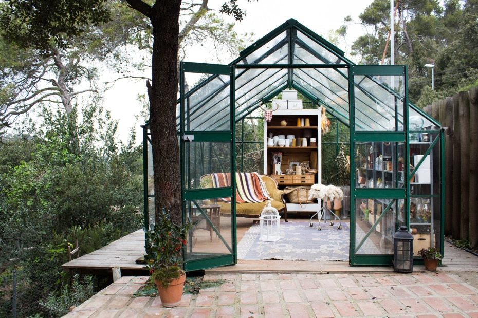 Freunde von Freunden Manuela Sosa 9463 930x619 Idyllic Little Greenhouse Works As Office