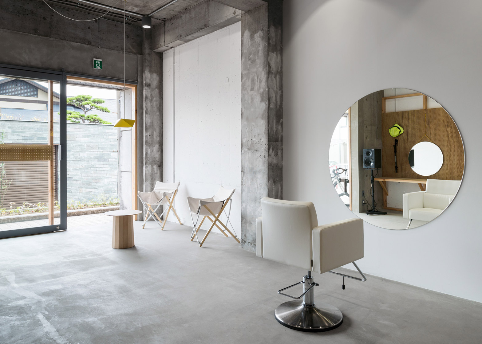 A minimal hair salon that accommodates only one client at for Interieur design salon