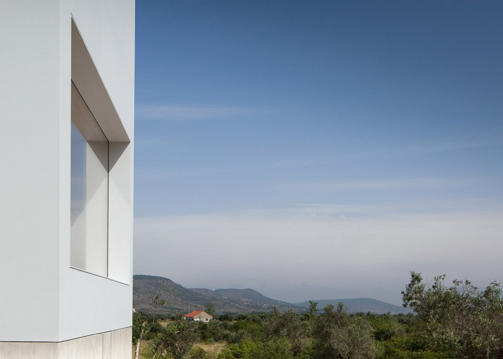 white tall house by joao mendes ribeiro 12 1024x731 White & Tall House By João Mendes Ribeiro