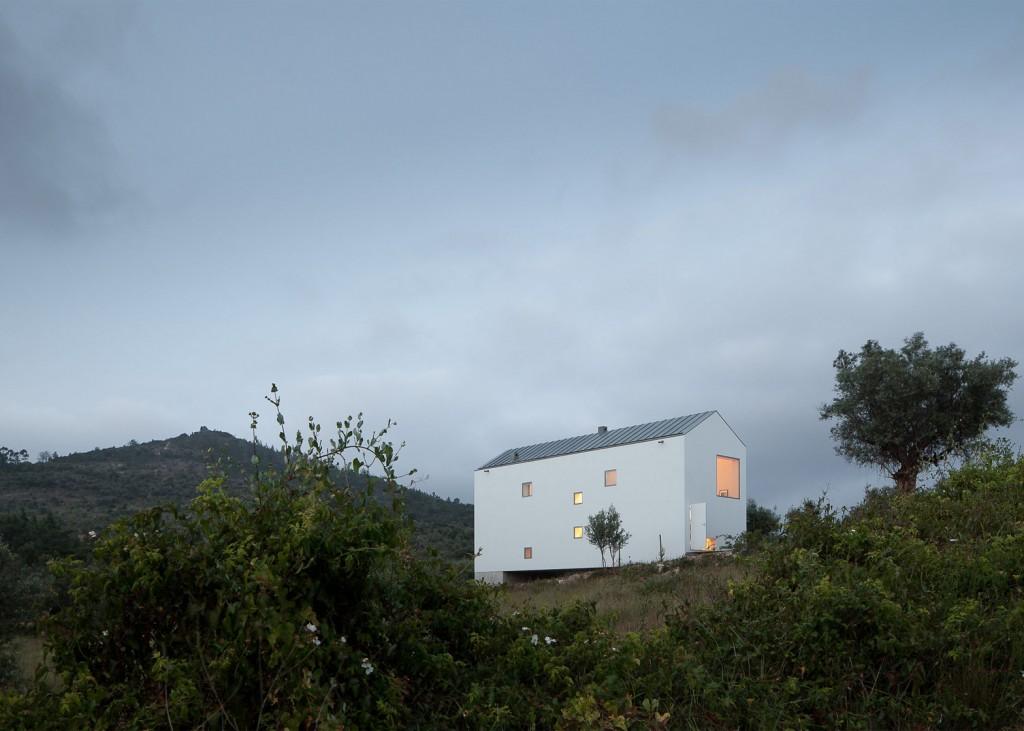 white tall house by joao mendes ribeiro 15 1024x731 White & Tall House By João Mendes Ribeiro