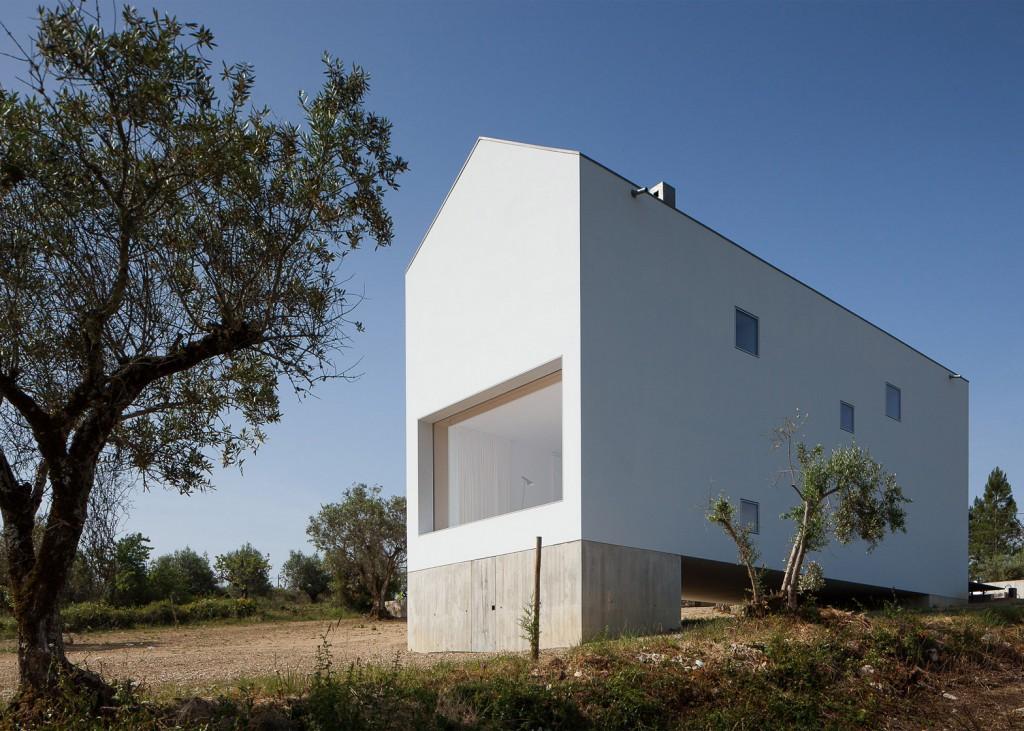 white tall house by joao mendes ribeiro 3 1024x731 White & Tall House By João Mendes Ribeiro