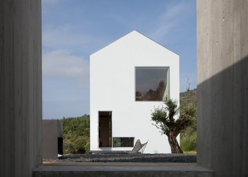 white tall house by joao mendes ribeiro 6 1024x731 White & Tall House By João Mendes Ribeiro