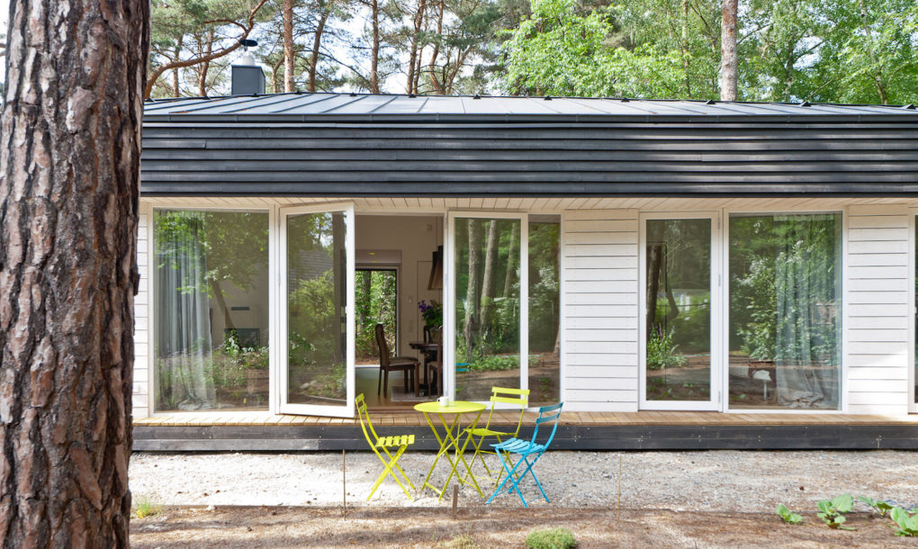 contemporary black cabin in the german woods 2 Contemporary black cabin in the German woods