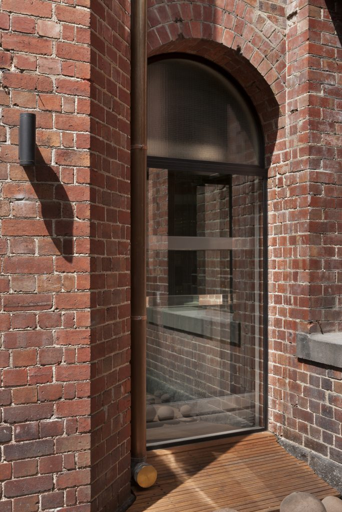 30768 courtyardalcove 683x1024 Queen Bess House by ZGA Studio