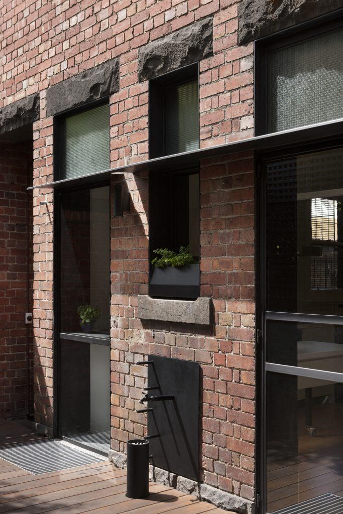 30769 courtyardshadef 683x1024 Queen Bess House by ZGA Studio