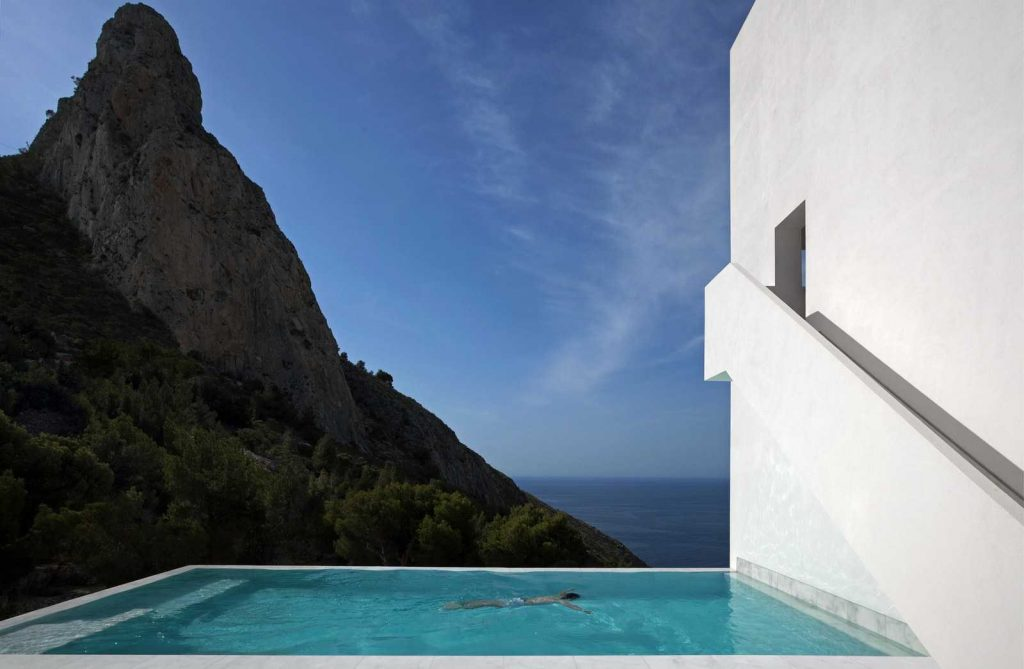 swimming pool on the cliff 1024x669 Amazing Pools: 8 Most Beautiful Swimming Pools in the World