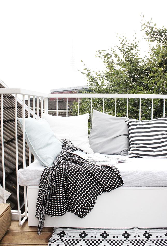 balkon diy lounge sofa 1 Black and White Deck Design