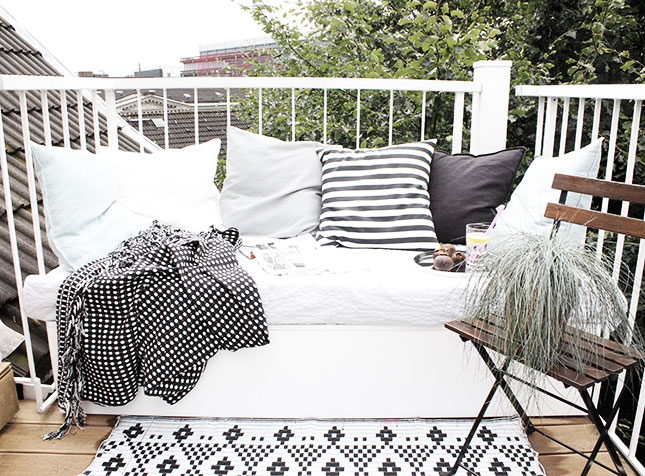 balkon diy lounge sofa 4 Black and White Deck Design