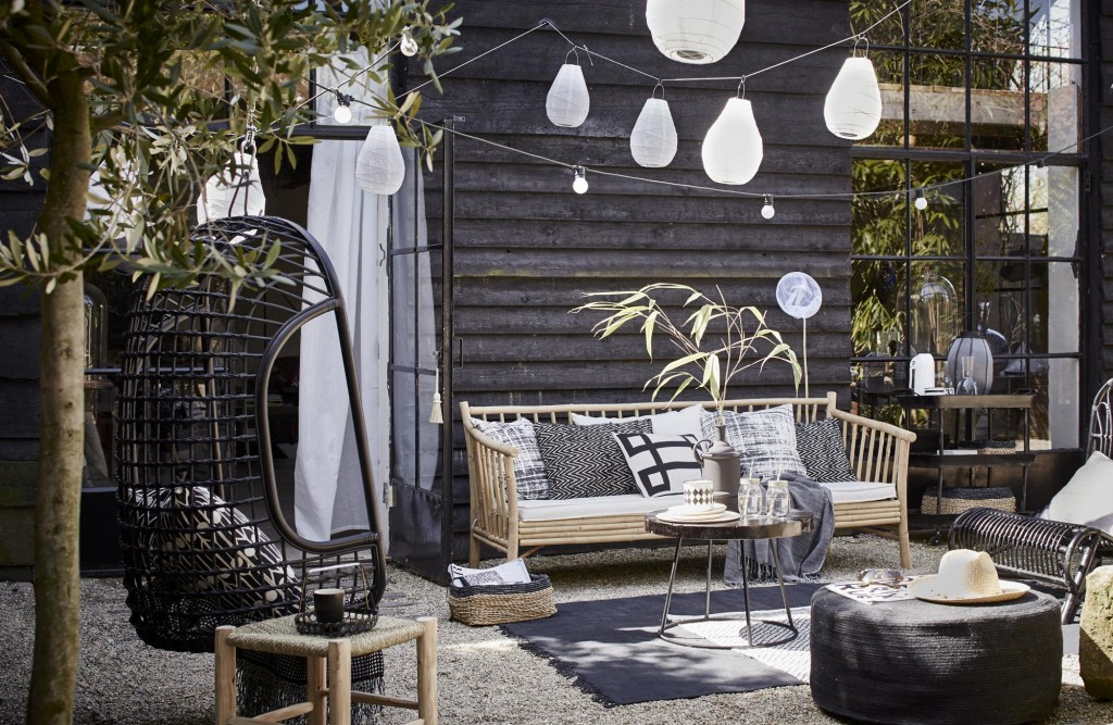 buitenhoek tuin zwart wit 1024x667 4 Ways to Enjoy Your Outdoor Space During the Winter Months
