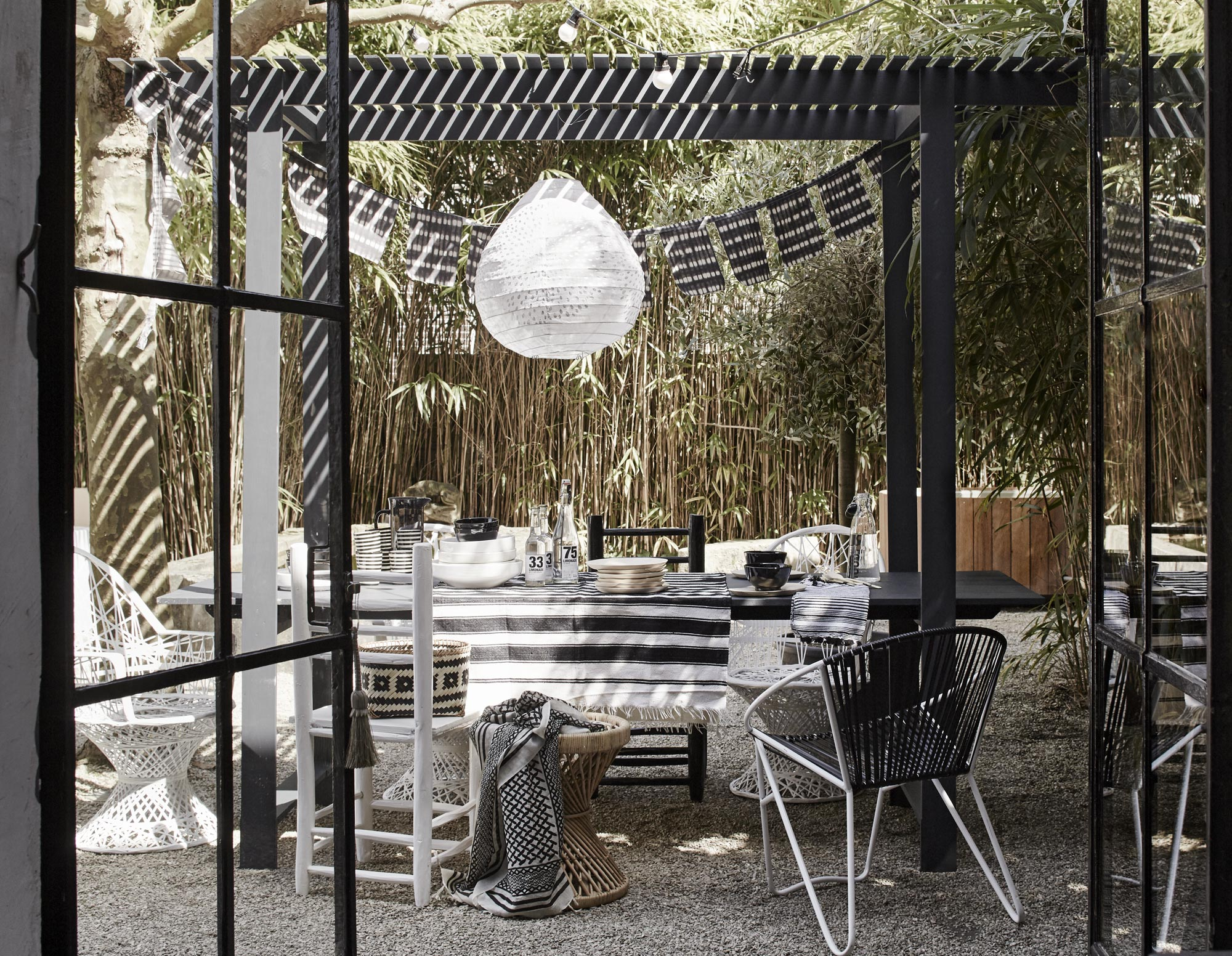 eettafel buiten tuin zwart  Black and White Deck Design