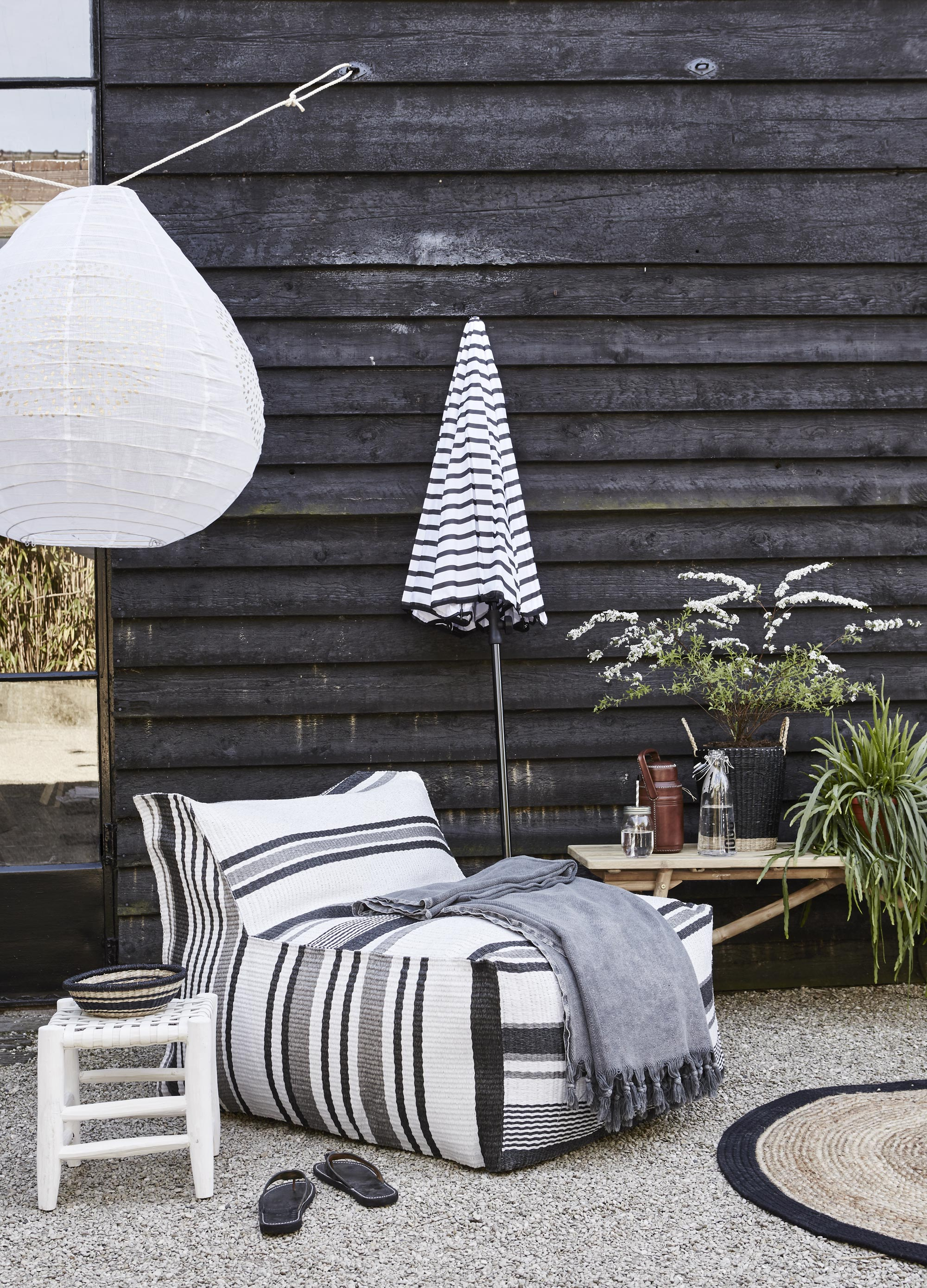 loungehoek tuin zwart wit Black and White Deck Design