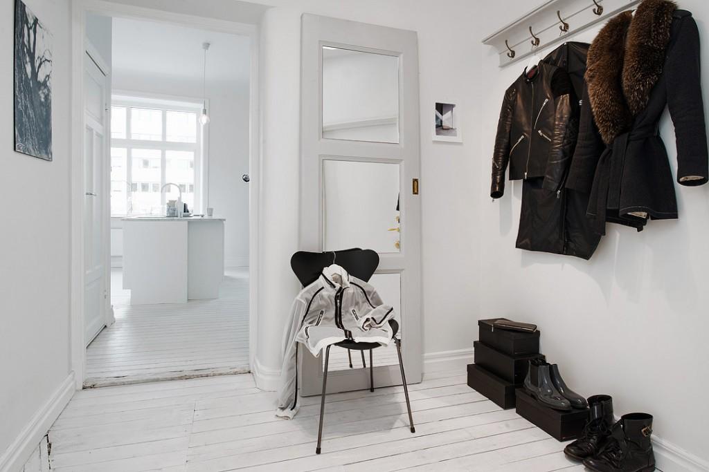 sfdfde9f0a92cef4fa3a8282b7a67ba3b7f 1024x683 White Apartment   Sweden