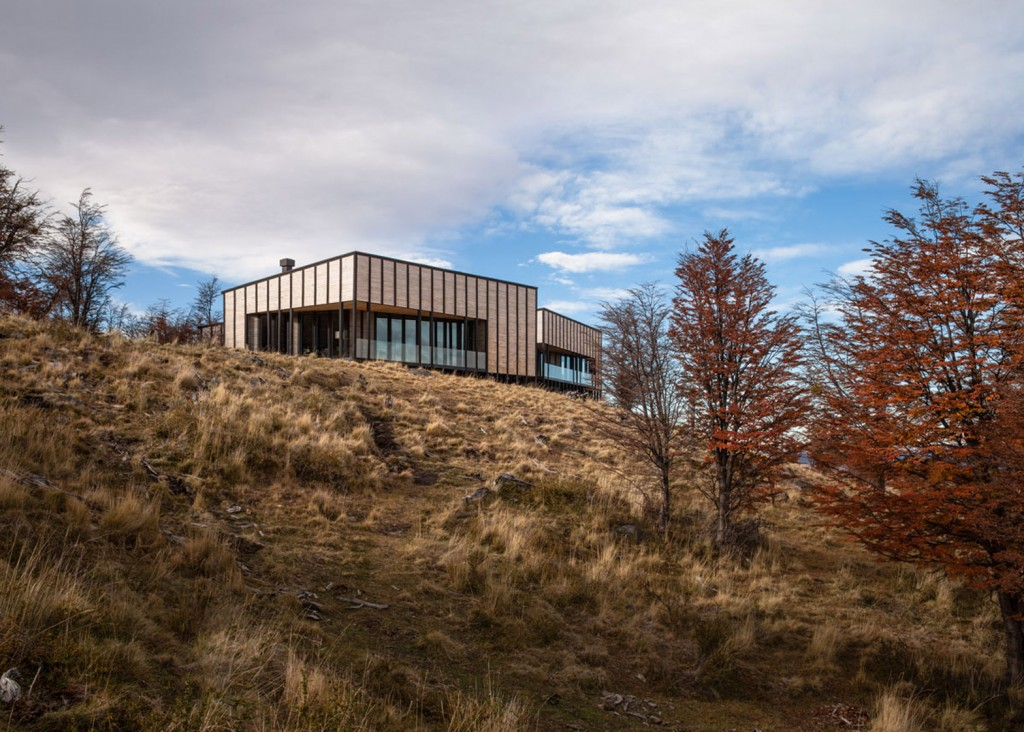 timber cabin hotel offers beautiful views over the chilean hillside 10 1024x732 Timber Cabin Hotel Offers Beautiful Views Over The Chilean Hillside