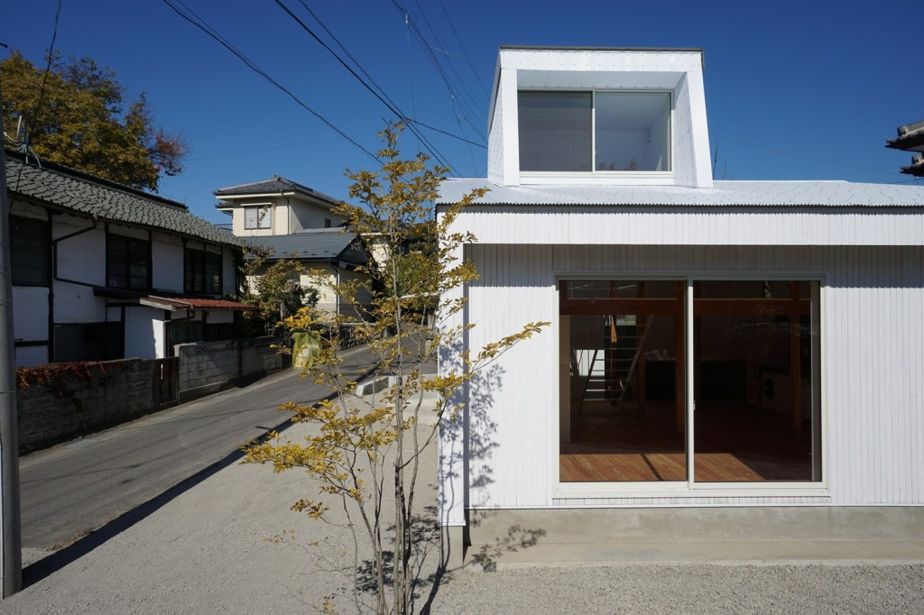 minimal house in japan with a huge dormer 1 1024x682 Minimal House In Japan With A Huge Dormer