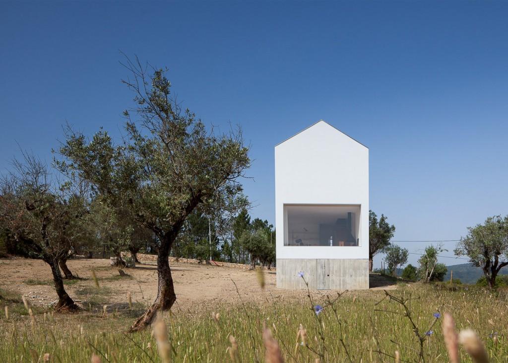 white tall house by joao mendes ribeiro 1 1024x731 White & Tall House By João Mendes Ribeiro