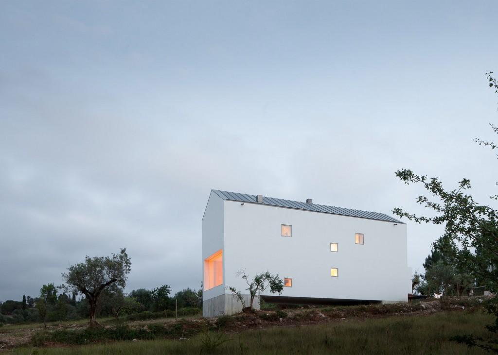 white tall house by joao mendes ribeiro 14 1024x731 White & Tall House By João Mendes Ribeiro