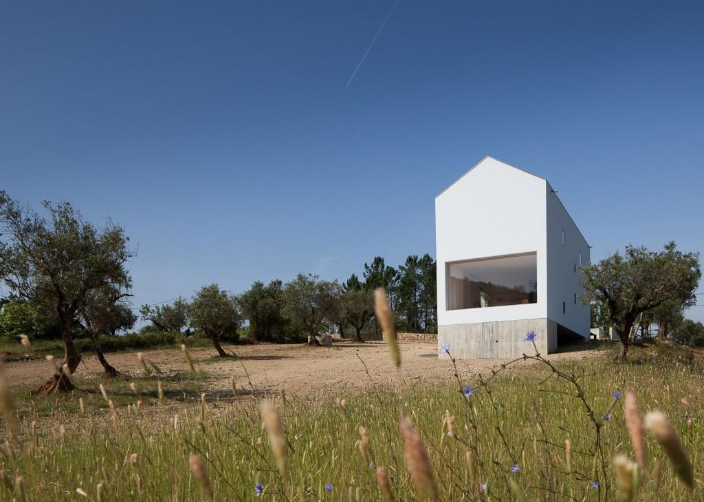 White & Tall House By João Mendes Ribeiro