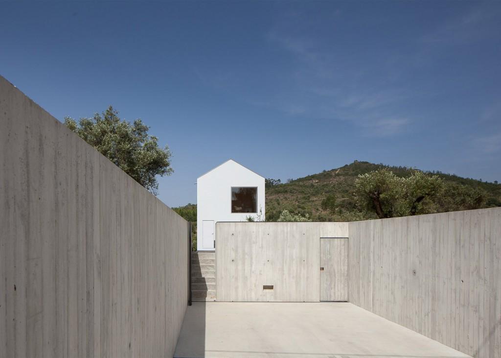 white tall house by joao mendes ribeiro 5 1024x731 White & Tall House By João Mendes Ribeiro