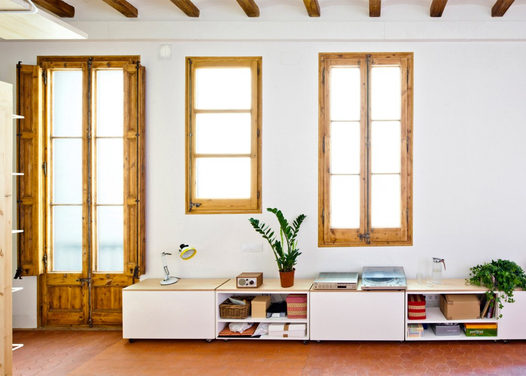 wooden desk is hanging from the ceiling in this apartment in barcelona 2 1024x731 Wooden Desk is Hanging From the Ceiling in this Apartment In Barcelona
