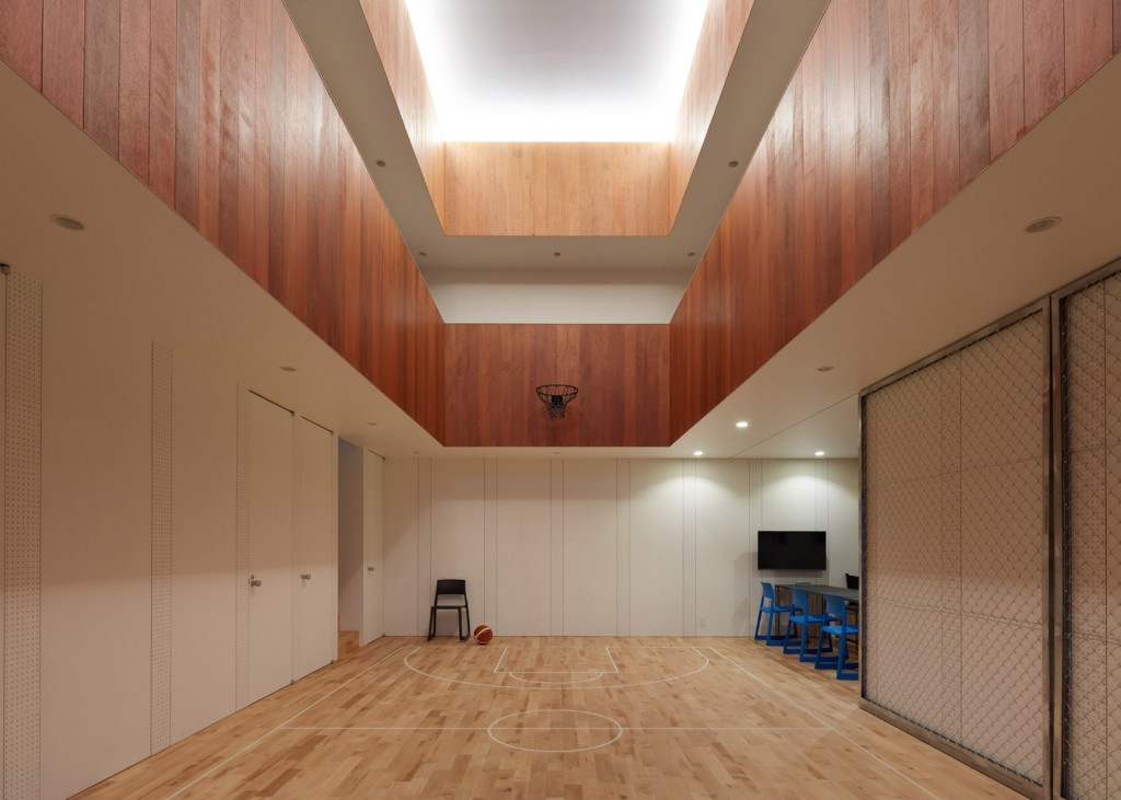a house in japan has an indoor basketball court 9 1024x731 A House In Japan Has An Indoor Basketball Court