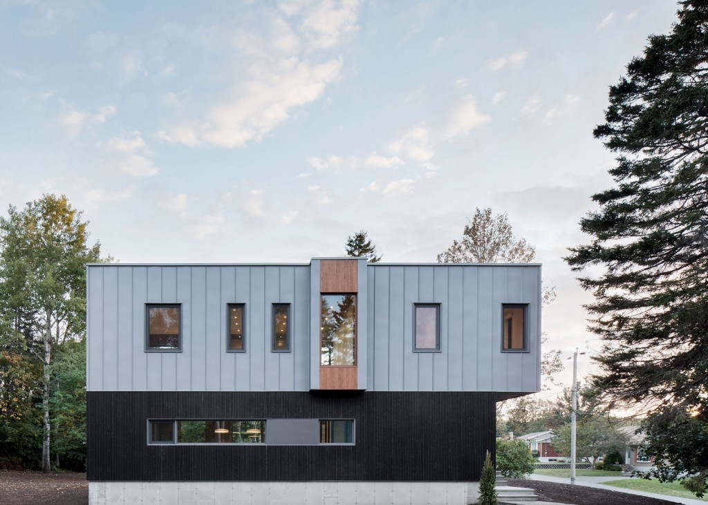 this house in canada combines steel and wood panelling 1 1024x731 This House In Canada Combines Steel And Wood Panelling