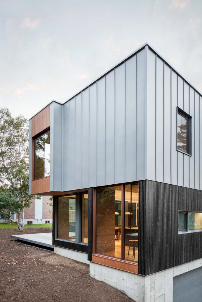 this house in canada combines steel and wood panelling 6 683x1024 This House In Canada Combines Steel And Wood Panelling