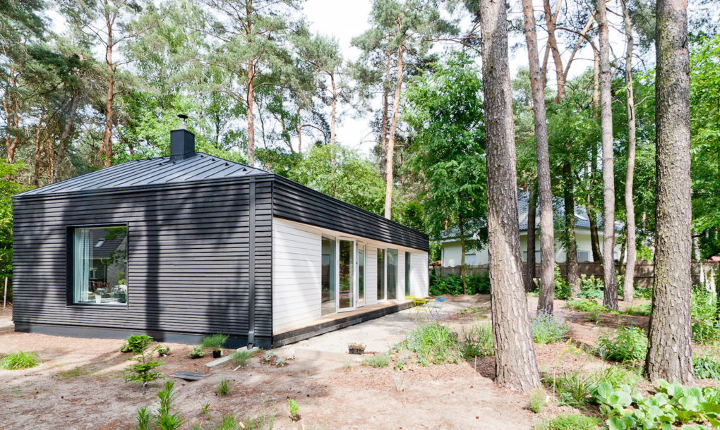 contemporary black cabin in the german woods 4 Contemporary black cabin in the German woods