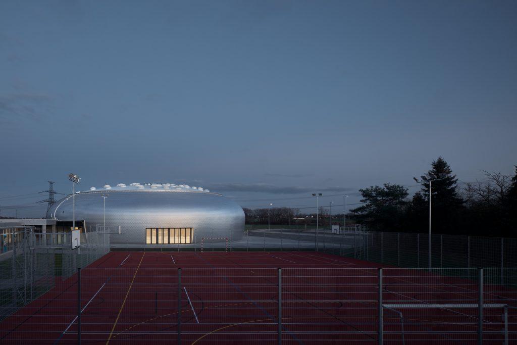 sporadical sportovni hala dolni bezany boysplaynice 07 1024x683 Dolní Břežany Sports Hall by SPORADICAL architects