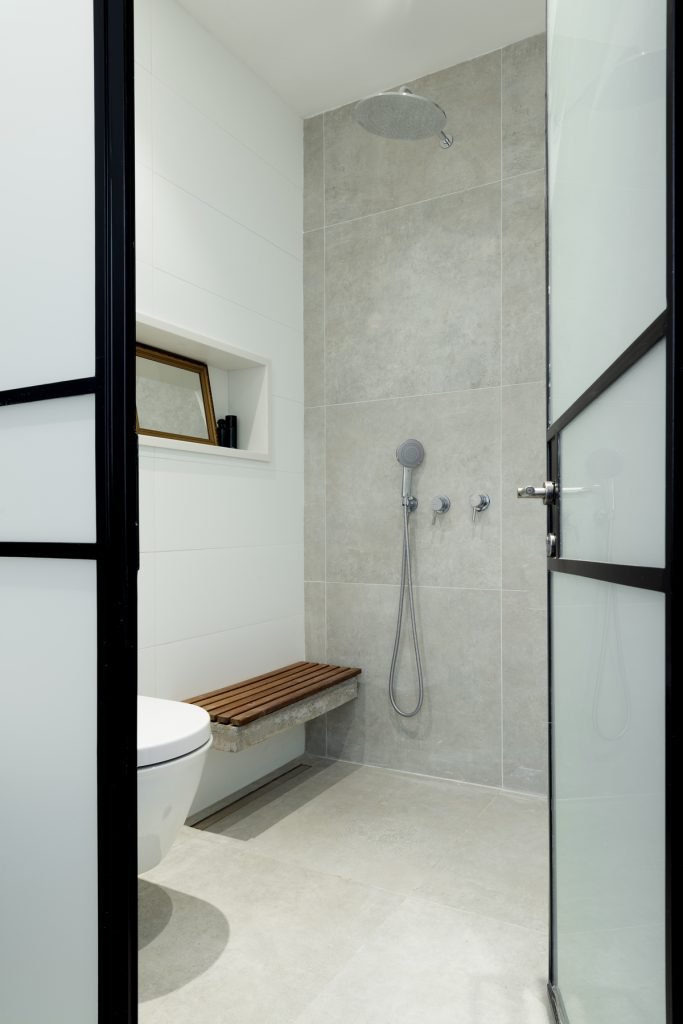 17043 wet room 683x1024 59m² Apartment in Central Tel Aviv by XS Studio