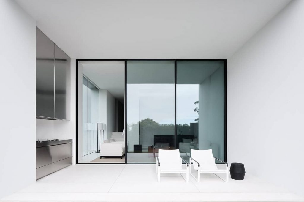 balcony extending the living room 1024x680 A House Designed Around the Sculptural Form Of a Large Angophora Tree