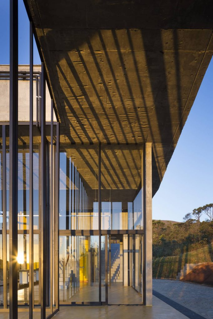 striated ceiling 683x1024 A Modern Concrete House In Brazil With Stunning Views Of The Sierra da Moeda