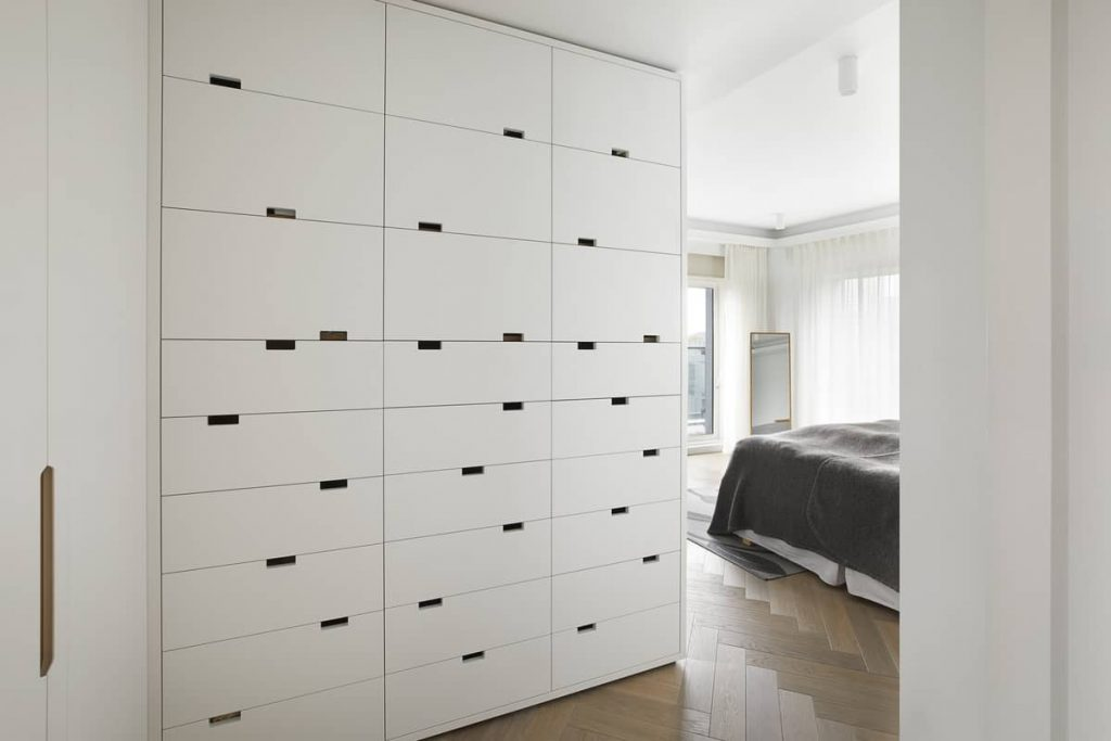 cupboard with rhythmic handle arrangement 1024x683 An Airy Living Space in London by Patalab Architecture