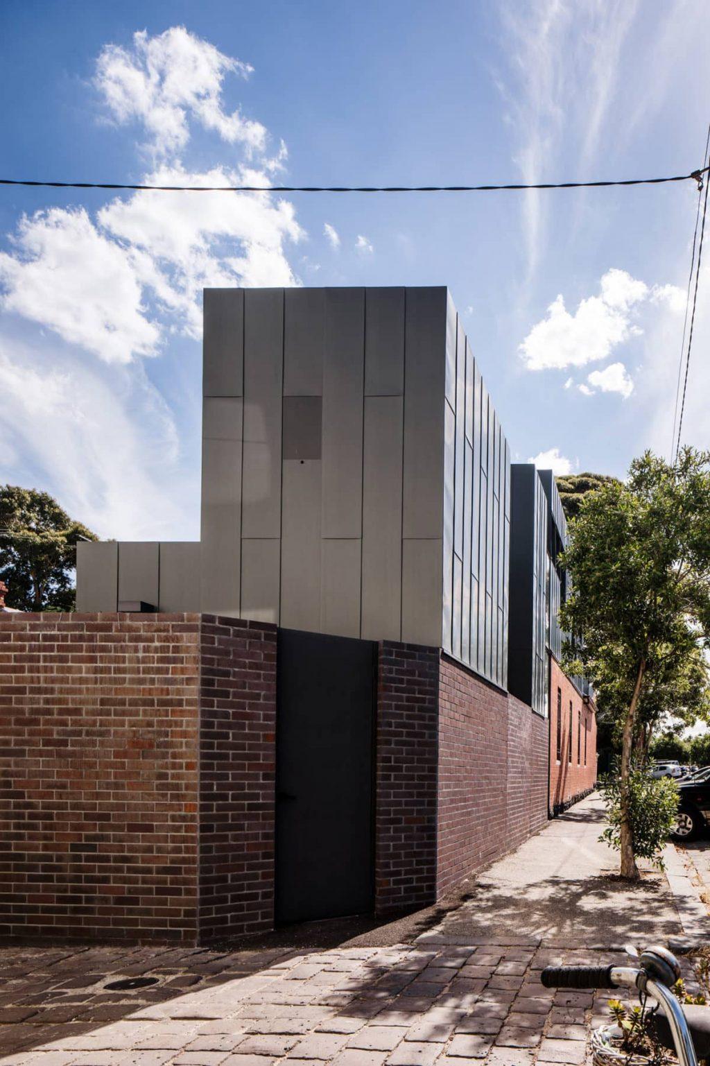 A Zinc-Clad Addition by Robert Simeoni Architects