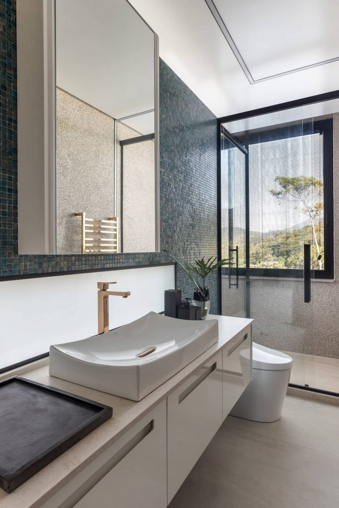 bathroom 683x1024 The Panoramic House by Schuchovski Arquitetura