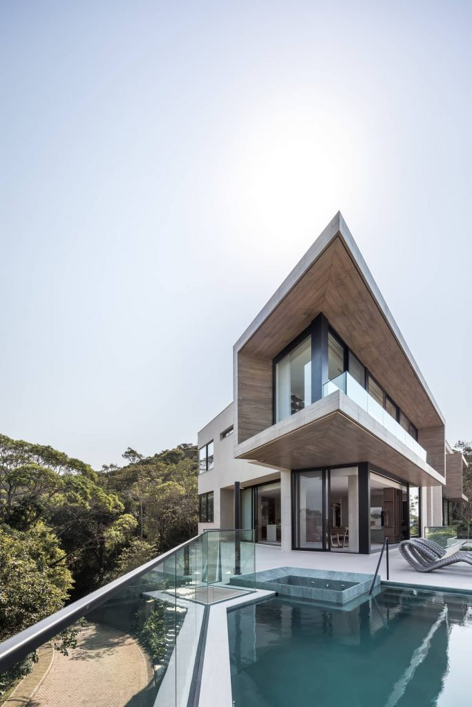 facade and swimming pool 683x1024 The Panoramic House by Schuchovski Arquitetura