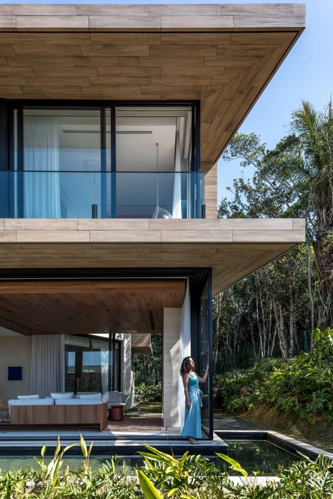 house 683x1024 The Panoramic House by Schuchovski Arquitetura