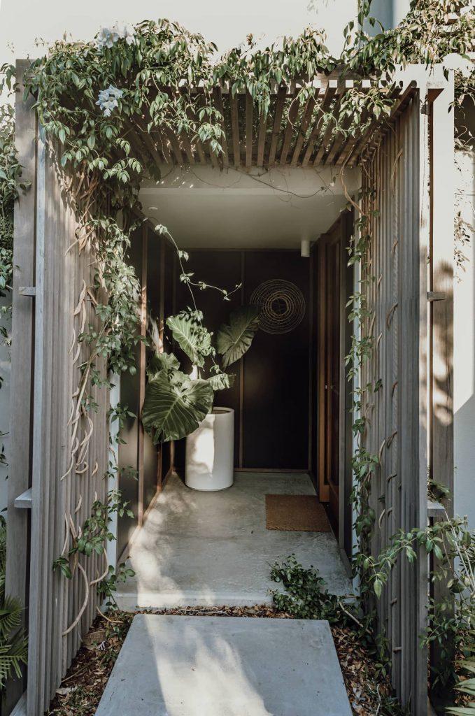 entry through garden 679x1024 Sunshine Beach House by Teeland Architects
